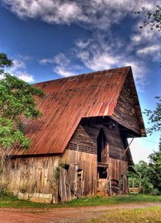 Barn With Hang Over Loft Unusual Country Barns, Country Life, Country Charm, Country Living, Country Roads, Farm Barn, Old Farm, Old Buildings, Abandoned Buildings