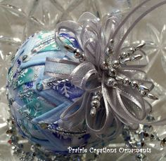 Quilted Christmas Ball Ornaments - Bing Images - lots of ideas here Star Ornament, Angel Ornaments, Beaded Ornaments, Handmade Ornaments, Ball Ornaments, Quilted Christmas Ornaments, Diy Christmas Ornaments, Holiday Crafts, Christmas Decorations