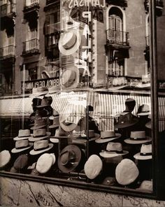 Hat store in Madrid, 1953 / Photo by Francesc Català-Roca