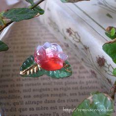 """可憐な薔薇を愛でる / Vintage Glass Button """"Pink Rose"""" from Czech Republic   チェコ製のガラスボタン。  明るいピンクの小さな薔薇のボタンは、まるでキャンディのような可愛らしさです。  ボヘミアングラスの長い歴史をもつチェコでは、他ではあまりみないほど、ガラスボタンのデザインが豊富です。 通常のボタンとしてのご使用はもちろん、ハンドメイドアクサセリーのパーツとしてご利用いただければ、オンリーワンの魅力的なアイテムとなることでしょう。  ◆Czech Republic ◆素材:ガラス・金属 ◆幅約2.4cm ◆在庫数:1点のみ"""