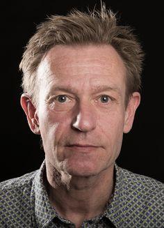 Michael Holbek (f. 1961) er uddannet journalist. Han har bl.a. skrevet bestseller-biografierne Hele Sandheden med Stig Elling (2007), Duet for livet med Keld og Hilda Heick (2009) og Til den yderste grænsemed Kai Vittrup (2010). Samt reportage-bøgerne Bandekrig - blodbrødre og håndlangere (2009) og Storm - den danske agent i al-Qaeda (2013). I 2014 udkom Jeg gør, hvad jeg vil om Linse Kessler, som Michael Holbek og Kessler i lighed med hendes nye bog har skrevet sammen.