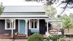 Black Cottage Exterior Design - Home Decorating Trends - Homedit Cottage Exterior Colors, Exterior Color Schemes, Exterior Paint Colors, Exterior Design, Colour Schemes, Beach Cottage Exterior, Bungalow Exterior, Exterior Homes, Exterior Siding
