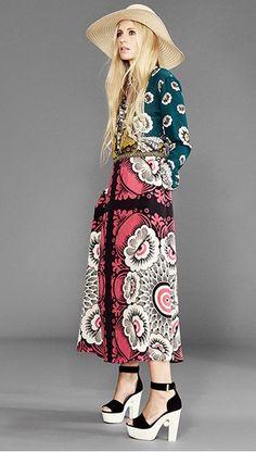 """Η 43χρονη λονδρέζα φωτομοντέλο, συγγραφέας και fashion expert Λάουρα Μπέιλι με το πιο αντιπροσωπευτικό seventies look της σαιζόν: Λουλουδένιο μάξι Valentino, πέδιλα-πλατφόρμες Nicholas Kikwood και πλατύγυρο καπέλο Maizon Michel. Η φωτογράφιση έγινε για το MatchesFashion.com με θέμα """"Βοho Muse""""..."""