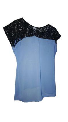 Blusa color celeste con detalle de blonda color negro en la parte superior