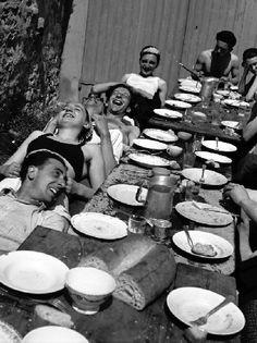 'The joy Table - Villeneuve-sur-Auvers, France' by Pierre Jamet, 1937 Front Populaire, La Trattoria, Youth Camp, Album Jeunesse, Italian Lifestyle, People Eating, French Photographers, Retro Aesthetic, Source Of Inspiration