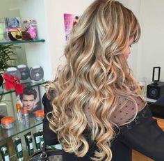 Trabalho!  #wella #rica #ryca #reina #tendência #instaframe #perfect #penteado #princesa #platinada #pivotpoint #amo #avelã #Sp #diva #digna #gorgeous #keune #keunesp #kerastase #keunebrasil #loira #loura #luzes #lejardin #loiraveneno #vídeo #blond #brown #beleza #blonde #moda #mechas #amarésimples