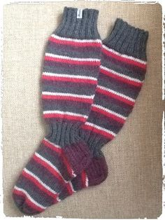 Raitaiset polvisukat Socks, Knitting, Fashion, Moda, Tricot, Fashion Styles, Cast On Knitting, Sock, Stricken
