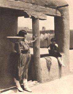 At the San Ildefonso Pueblo, New Mexico. Laura Gilpin platium print, 1927