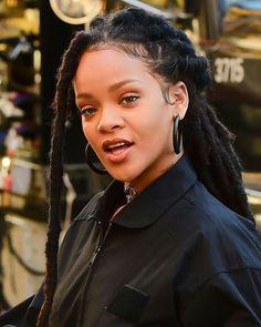 Rihanna with dreads is ohmygaaaaaaawd 😍😍😍😍😍 Estilo Rihanna, Rihanna Mode, Rihanna Riri, Rihanna Style, Faux Locs Hairstyles, Rihanna Hairstyles, Black Girls Hairstyles, Protective Hairstyles, Blowout Natural Hairstyles