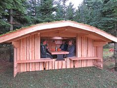 Bestil type 16 shelter med spiseplads her hos Shelterbyg Backyard House, Backyard Greenhouse, Backyard Patio Designs, Tiny Cabins, Cabins And Cottages, Lean To Shelter, Bbq Hut, Yurt Home, Outdoor Shelters