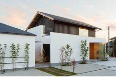 Japan Modern House, Modern Tropical House, Modern Small House Design, Japan House Design, Mosque Architecture, Japan Architecture, Residential Architecture, Facade House, House Roof