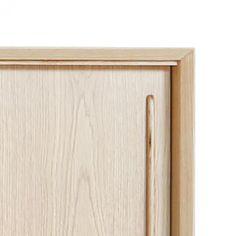 De Scandinavische variant van onze klassieke Oskar Dressoir. De kast heeft 2 schuideuren en is 150cm lang. Een stijvolle combinatie van een strakke, elegante lichteiken body met gouden haarspeldpootjes.Degouden pootjes zorgen voor een frisse toets en geven de kast een speels karakter.Supermooiin een licht interieur of als contrast-objectinelke kamer.