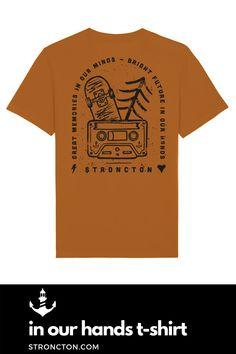 Es liegt in unserer Hand, wie die Zukunft für uns und unsere Kids aussehen wird. Think about it. Das T-Shirt wurde aus 85 % Bio-Baumwolle und 15 % recyceltem Polyester unter fairen Bedingungen produziert. 1€ geht an THE STRONCTON FOUNDATION. Mehr Inspiration und Outfit Ideen, nachhaltige Mode, Accessoires und brandneue Designs findest du bei Stroncton im Online Shop #tshirt #stroncton #stronctonfamily #heartoverbucks #winter #herbst #autumn #klamotten #fair #sustainable #nachhaltig #mens Think, Designs, Memories, Winter, Mens Tops, Inspiration, Fashion, Sustainable Fashion, Future