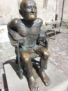 The figurative public sculpture 'Der Alte' (The Old Man) is located at the 'Freidrichstraße' in Balingen, Germany, Baden-Württemberg. It can be found nearby to the church 'Stadtkirche'.