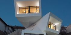 Vista espetacular e terreno em declive determinam projeto de casa-escultura
