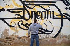 Simon Silaidis est un artiste calligraphe à l'origine du mouvement « Urban Calligraphy ». Il développe sa calligraphie qui mélange le style asiatique et arabe dans les univers urbains ou ruraux. Il nous a contactés pour nous présenter son art.  Dans le film ci-dessous baptisé « Lucid Dream », l'artiste sublime le rêveur qui est en nous pour le transformer en magicien du quotidien. L'inconscient devient conscient, les rêves deviennent une mémoire.