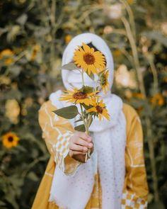 Beautiful Girl Photo, Cute Girl Photo, Beautiful Hijab, Girl Photo Poses, Girl Poses, Dreamy Photography, Girl Photography Poses, Islamic Girl Images, Muslim Girls Photos