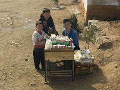 Los mercados negros son ilegales, pero muchos norcoreanos rurales, de una mercancía de venta de dinero extra en el lateral.