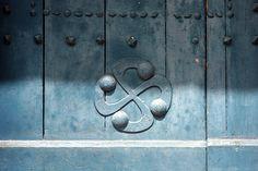 Le lauburu ou croix basque apposé sur une porte de grange