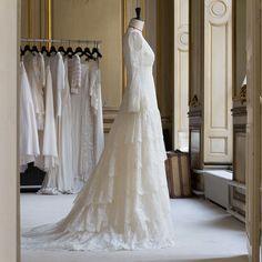 http://www.vogue.fr/mariage/adresses/diaporama/delphine-manivet-cre-une-robe-de-marie-pour-guerlain/19050/carrousel#delphine-manivet-cre-une-robe-de-marie-pour-guerlain