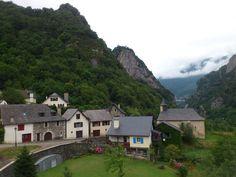 Una sugerente excursión para realizar desde nuestro hotel es pasar la frontera del Somport y conocer el valle de Aspe. Allí, podrás visitar pueblos con tanto encanto como Borce ¿Te animas?