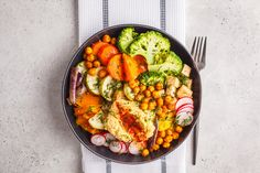 Buddha salad bowl with vegetables, tofu, chickpeas, and herbs Diet Soup Recipes, Chickpea Recipes, Healthy Dinner Recipes, Healthy Snacks, Simple Recipes, Veggie Recipes, Healthy Life, Diet Breakfast, Diet Menu