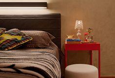 Residência Hanriot | Isabela Bethônico Arquitetura. Quarto / Vermelho / Detalhes / Cabeceira