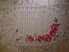 Tapete de crochê feito com  barbante cru com flores no barbante barroco rosa mesclado com folhas verde mesclado, costurada com barbante no tapete, faço em outras cores. R$ 45,00