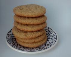 De longe, o melhor biscoito que já comi. O gosto é bem suave e doce na medida certa. Você pode usar tanto aveia com flocos finos ou grossos. O melado pode