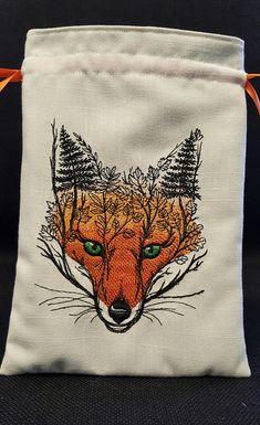 Kleine decoratieve zakje kan worden gebruikt voor tarot/oracle kaarten, runen, stenen, dobbelstenen, kruiden, charmeert... echt bijna alles. Een prachtig borduurwerk van een foxs gezicht met het boslandschap, is de ster van deze tas gemaakt van ivoor linnen met een schattig fox