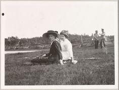 Grã-duquesa Tatiana e Lady Anna Vyrubova com os oficiais ao fundo, em 1911.
