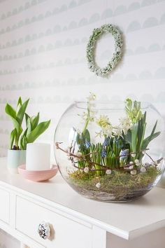 Despertar de primavera: decorar con bombillas When we approached the Flores & Prats organization, we Fleurs Diy, Diy Ostern, Spring Awakening, European Home Decor, Deco Floral, Bulb Flowers, Spring Home, Easter Crafts, Easter Ideas