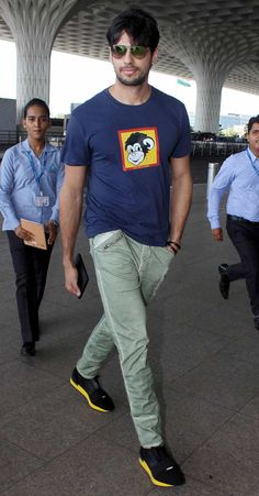 Jacqueline Fernandez, Sidharth Malhotra, Tiger Shroff, Amitabh Bachchan and other Bollywood celebrities were spotted at Mumbai airport Indian Celebrities, Bollywood Celebrities, Bollywood Outfits, Bollywood Fashion, Ek Villain, Cute Celebrity Couples, Formal Men Outfit, Bollywood Pictures, Actors Images