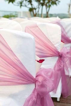Joli drapé de rose pour ces chaises