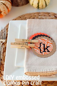 These personalized clothes pin placecards from @Kami Bigler * NoBiggie.net are such a cute idea for Thanksgiving #turkeytablescapes!