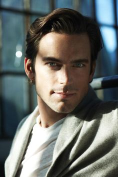 Matthew Bomer is looking right at me with his peircing gorgeous eyes its not fair