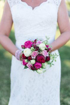 Fotograf: SeelenSachen Fotografie. Brautstrauß rot, rosa, creme, Rosen