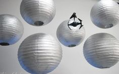 Decora tu fiesta Star Wars con linternas o farolillos de color gris o plata / Decorate your Star Wars party with grey or silver lanterns