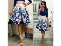 Táto krátka suknička si krásne drží áčkový tvar vďaka spodničke, na ktorej je našitý tyl. Sukňa je pútavá vďaka žiarivým kvetinám vpestrých farbách. Ksukni stačí jednoduchý top, lodičky asoslňujúcim outfitom môžete vyraziť. Pás na sukni nie je elastický a vzadu sa zapína zipsom. Tyl, Floral, Skirts, Fashion, Moda, Fashion Styles, Flowers, Skirt