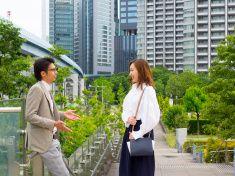 日本の男性と女性の通勤に入ります。 stock photo