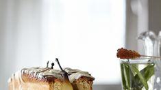 Kardemomcake met hele gepocheerde peren en witte chocolade - met Doyenné du Comice OER-fruit
