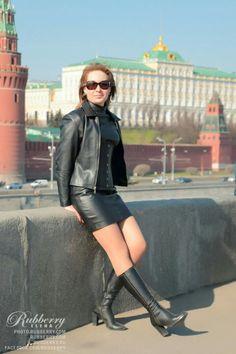 Lady . zwart leadher jurkje. laarzen. jas