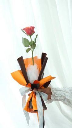 Single Flower Bouquet, Flower Bouquet Diy, Bouquet Wrap, Gift Bouquet, How To Wrap Flowers, Diy Flowers, Flower Decorations, Paper Flowers, Flower Wrap