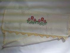 Pano de Prato Bordado Ponto Cruz - Flores Rosas B007. Pano de prato perola bordado - Flores Rosas, 100% algodão, no tamanho 45 cm por 71 cm, com acabamento em crochê pérola. R$ 22,90  http://saluarts.airu.com.br/