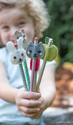 How cute are these Kid's Felt Pencil Toppers! I love fun and easy craft projec. - How cute are these Kid's Felt Pencil Toppers! I love fun and easy craft projec. You and the kids can make these adorable felt pencil toppers using these fab patterns fro Sewing Projects For Kids, Easy Craft Projects, Sewing For Kids, Diy For Kids, Sewing Crafts, Felt Projects, Sewing Ideas, Craft Ideas, Sewing Art
