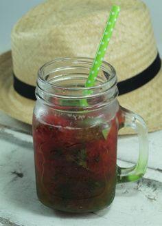 Caïpirinha basilic fraise rhubarbe Mason Jars, Cocktails, Mugs, Tableware, Strawberry Rhubarb Crumble, Basil, Battle, Drinks, Carrots