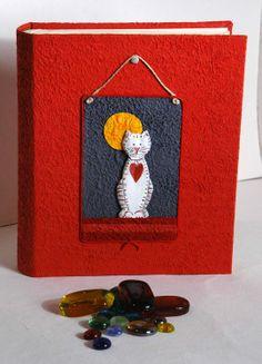 Album fotografici, porta foto decorati a decoupage. Atigianato artistico. http://www.papermoonmo.it/it/album/137-album-fotografico-rivestito-in-carta-moonrock-gialla-con-decoro-collage-barchetta-con-vestitini-stesi.html