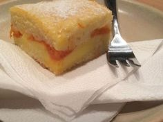 Hrnčekový koláč s jogurtom a broskyňami