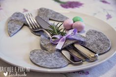 Coniglio porta posate per la tavola di Pasqua Easter Table Decorations, Felt Decorations, Felt Bunny, Easter Bunny, Cutlery Holder, Diy Sewing Projects, Easter Party, Easter Crafts, Tablescapes