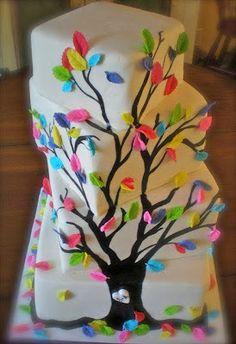 Tarta de cumple decorada con árbol y hojas de colores